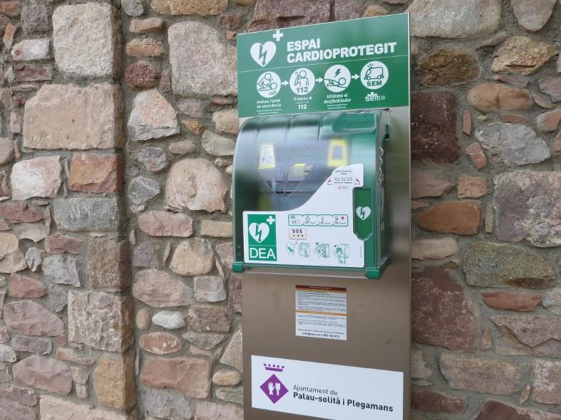 Desfibrilador automático instalada en la fachada de Can Cortés.